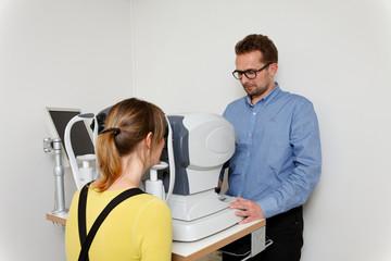 Optometrist looks at the eyes