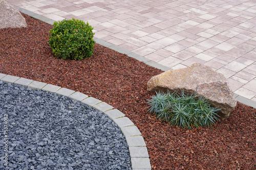 Moderner Steingarten mit Betonpflaster, Felsen und Pflanzen