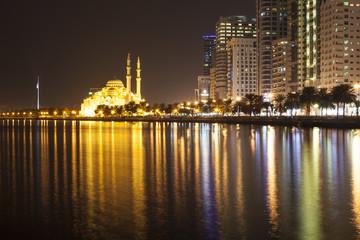 Лагуна Халид и мечеть Аль Нур вечером. Шарджа.