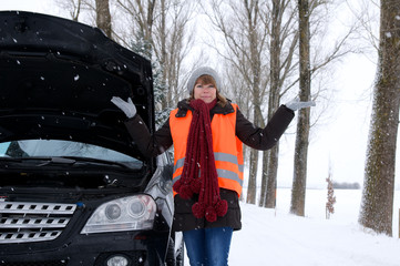 Junge Frau mit Autopanne im Winter
