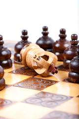 Business Konzept, König verliert gegen gegnerisches Team
