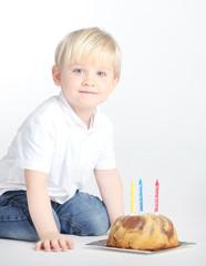 Hübscher Junge feiert dritten Geburtstag
