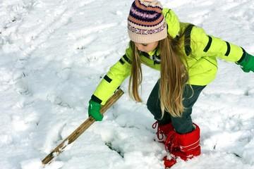Bambina gioca sulla neve