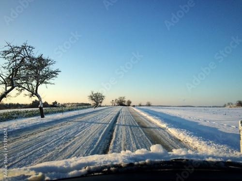 canvas print picture Landstaße im Winter (Blick aus dem Auto)