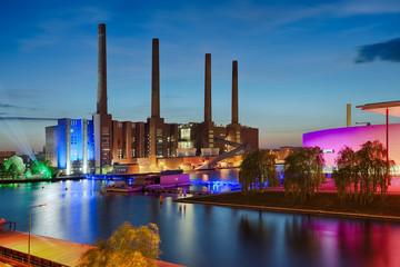 AUtostadt Wolfsburg beleuchtet Nacht