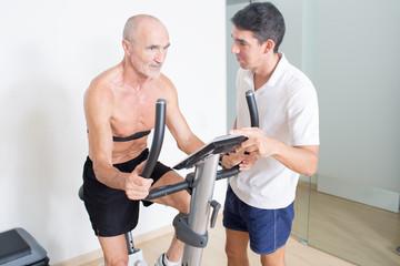 Senior beim Leistungstest im Fitnessstudio