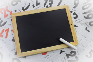 Schiefertafel auf Kalenderblaetter und Textfreiraum