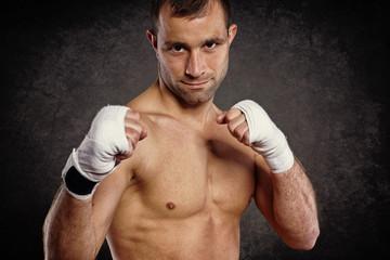 junger Boxer im Kampf
