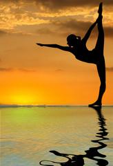 yoga, rebord piscine à débordement, coucher de soleil