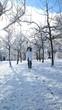Frau freut sich über schnee