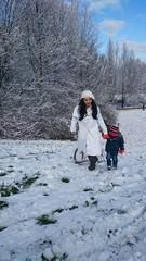 Mutter und Kind bei Schlittenfahrt