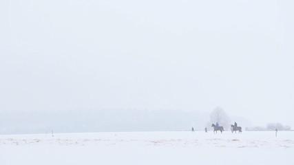 Reiter in schneebedeckter Landschaft