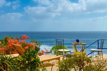 Terrasse mit Ausblick auf Meer