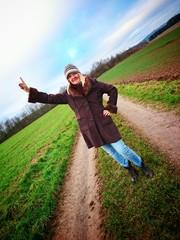 Frau auf dem Feldweg