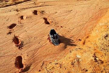 Chaussure piégée dans la boue