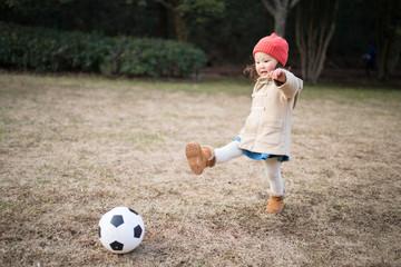 サッカーボールを蹴る少女
