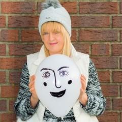 Frau mit Luftballon Gesicht