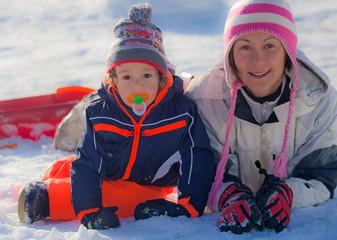 mamma e bimbo in montagna