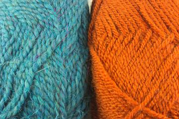 Due gomitoli di lana colorata