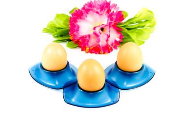 Frische Braune Eier im Eierbecher