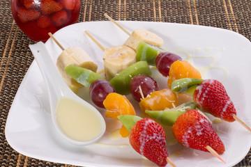 pincho de fruta y leche condensada