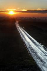 Dreckiger Weg im Sonnenaufgang
