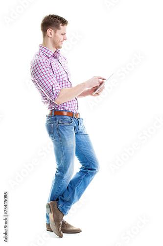 Mann benutzt Tablet PC - 75445096