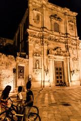 Ragazzi che guardano verso la chiesa del centro storico