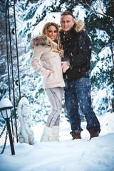Paar in der Winterlandschaft