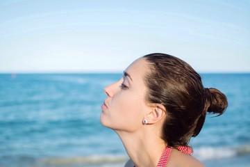 девушка на пляже целует море