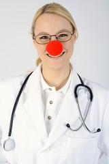 Freundlicher Kinderarzt mit Clown-Nase