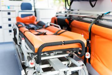 Trage in einem Rettungswagen