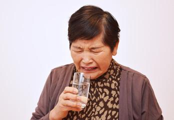薬を飲む女性のイメージ