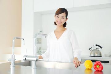 キッチン・若い女性