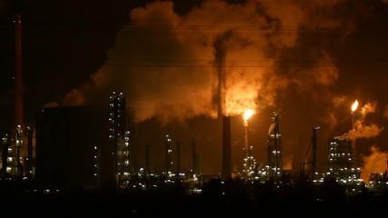 Industrie, Fabrik, Raffinerie bei Nacht