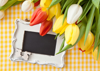 Frische Tulpen und vintage Tafel