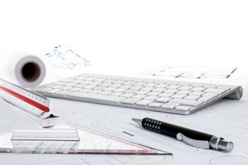 Geodreieck Stift Tastatur auf Lageplan