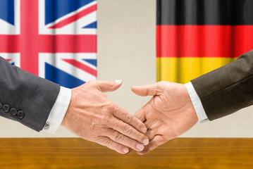 Vertreter Großbritanniens und Deutschlands reichen sich die Hand