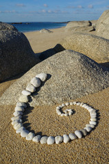 Esoterische Spirale aus Kieselsteinen und Felsenlandschaft