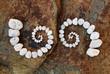 Zwei esoterische Spiralen auf einem Felsen - 75457021