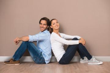 Mann und Frau in einer leeren Wohnung
