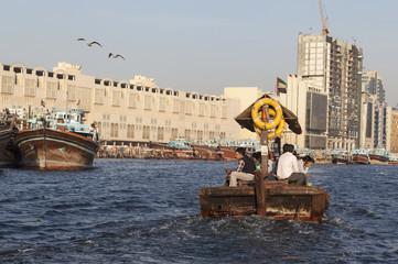Абра - традиционная арабская лодка в заливе Дубай Крик