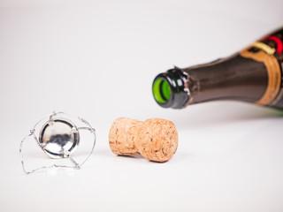liegende Sektflasche mit Korken und Verschluss