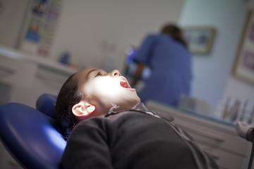 Niña abriendo la boca en la consulta del dentista