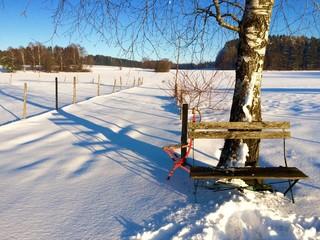 Bank und Stuhl im Schnee