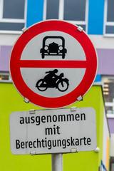 Verbotschild für Auto und Motorrad