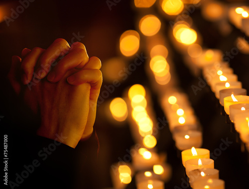 Leinwanddruck Bild Praying in catholic church. Religion concept.