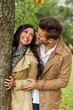 Verliebtes Paar hinter einem Baum