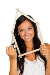 junge Frau will ein Haus bauen