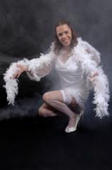 junge Frau im weissen Kleid mit Federboa